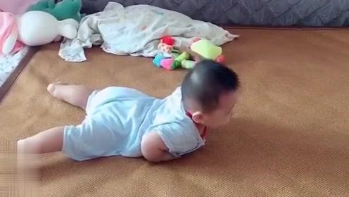 小宝宝学习爬行,感觉就像在练蛤蟆功,太搞笑了!