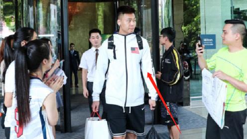 美国赵睿?男篮惨败回京,他居然穿着一件印有美国国旗的外套?