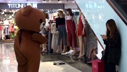 网红熊真是越来越不听话了,传单不去发,又在商场调皮捣蛋