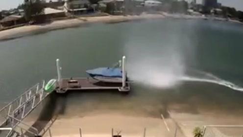 水龙卷将1.5吨重摩托艇掀了个底朝天 罕见场面令人震惊