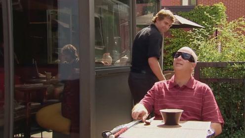 服务员太可恶,将带有鸽子屎的汤给盲人喝,最后知道真相松了口气