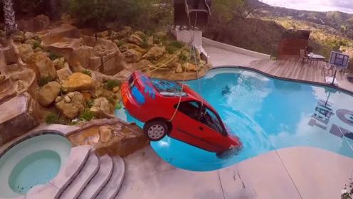 当面把朋友汽车扔游泳池?老外联合伙伴恶作剧,朋友却差点感动哭