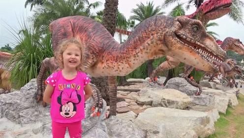 萌娃可喜欢恐龙了,小家伙在这儿玩的可开心了!萌娃:真有趣!