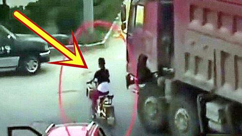 电动车女子看了大货车一眼,以为司机会让她,结果悲剧了!