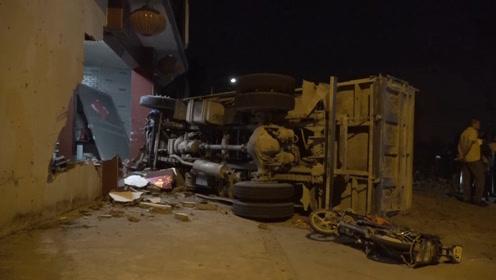 痛心!扬州一货车侧翻,电瓶车骑手被埋压当场不幸身亡