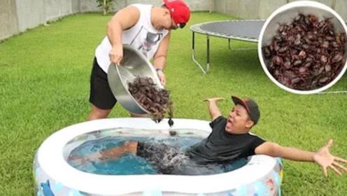 """和100只螃蟹""""共浴"""",是一种什么感受?网友:小兄弟还好吗"""