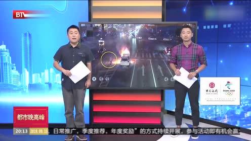 湖南常德:小车自燃 公交司机两度灭火