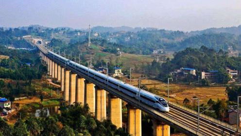 中国高铁为何不在地上跑,反而斥资建造高架桥?外媒:中国智慧!