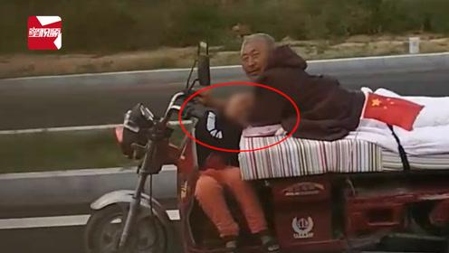葫芦岛最牛爷爷!趴着骑三轮车带孙子上路,孩子驾驶座上睡着了!