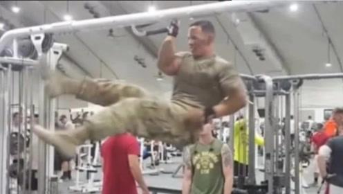 特种兵来到健身房,开启不一样的健身方式,肌肉男直接看傻眼