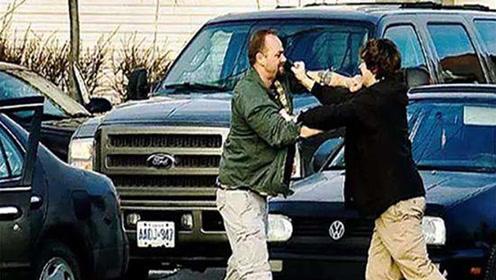 街头遇到路怒,男女两人与出租车司机对打!