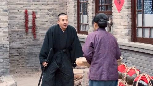 《老酒馆》日本男人看到中国女人,发了疯去追,还好丈夫出现了