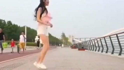 漂亮姑娘在海边跳舞,这么好看竟没人观看,姑娘好伤心
