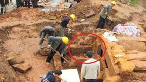 古墓挖出金光闪闪的宝剑,价值不菲,专家却看上了旁边的废铁!