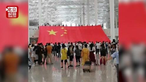 深圳机场上百人齐声歌唱祖国 迎国庆节目彩排被旅客拍下点赞
