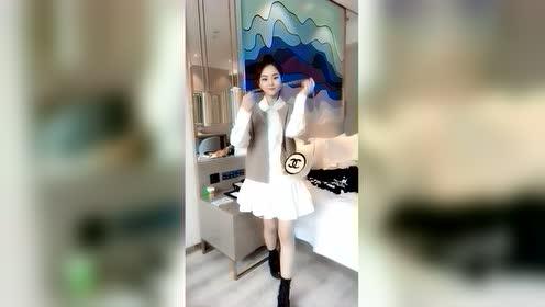 美女自拍:可爱女生穿这套衣服显得好活泼,像公主吗?