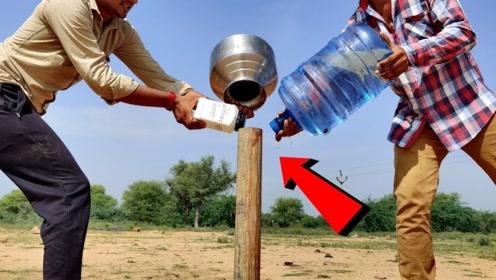 把钠放进装水的铁管里,用铁桶盖住,2秒后,场面震撼了!