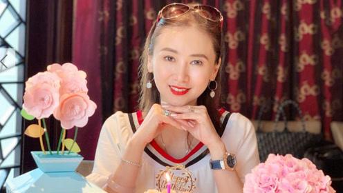 翁虹迎51岁生日晒美图 自认还是青春美少女