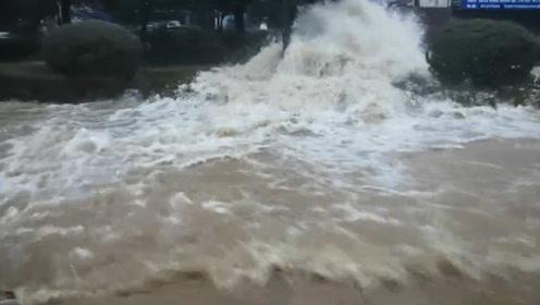 马路成河车如船!湖南岳阳一水管爆裂,致全城大面积停水减压