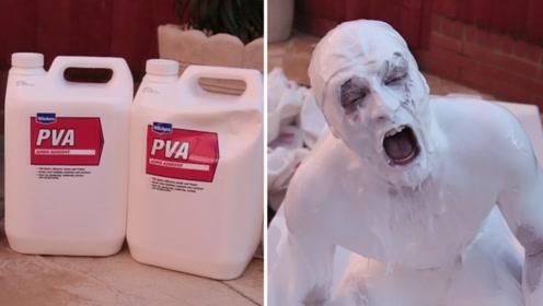 老外作死工业胶水洗澡,刚跳进去场面失控,镜头拍下全过程