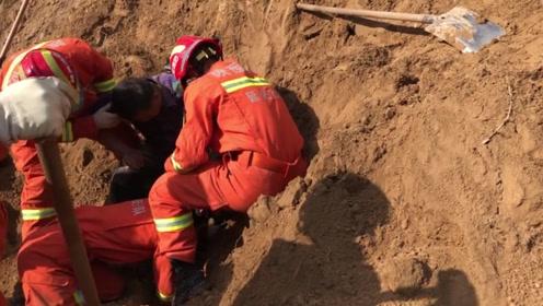 山体滑坡男子被埋 消防员用铁锹、用手刨终于救出男子