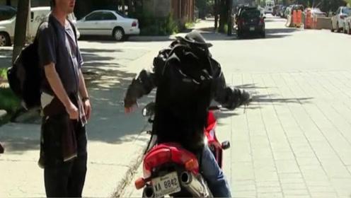 老外爆笑恶作剧,摩托车手头盔掉地却没有头,将路人吓得连连后退