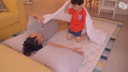 爸爸哄娃睡觉,结果娃没哄睡反倒把自己哄睡了,萌娃只好自己玩了