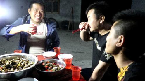小农乡炒了10斤野生田螺,香辣爽口,配上米酒,一杯接一杯的喝