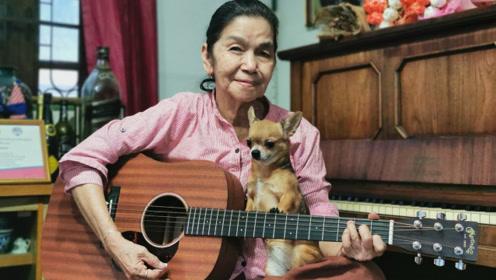 泰国面瘫奶奶60岁抄起吉他灵魂演唱英文歌,70岁意外走红中国