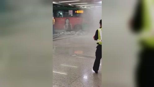 公交车冲进深圳北站 乘客只是轻微擦伤