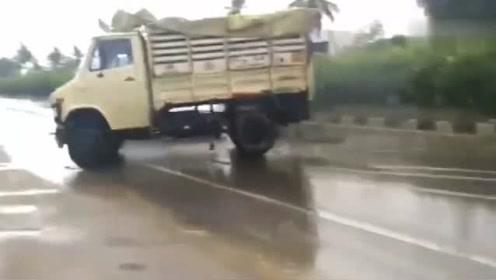 视频车停在路边,突然感觉前方不对劲,下一秒腿都吓软了