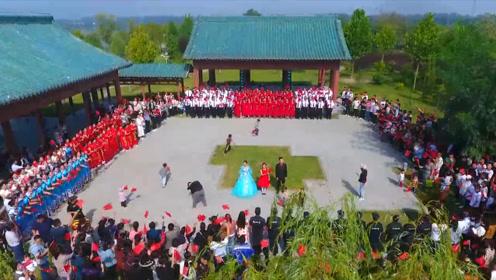 """庆祝新中国成立70周年!山东菏泽万人参加""""歌唱祖国""""快闪活动"""