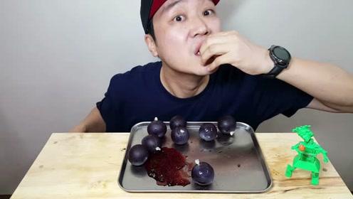 韩国大叔吃网红巨峰果冻,换了3种工具吃的好费劲
