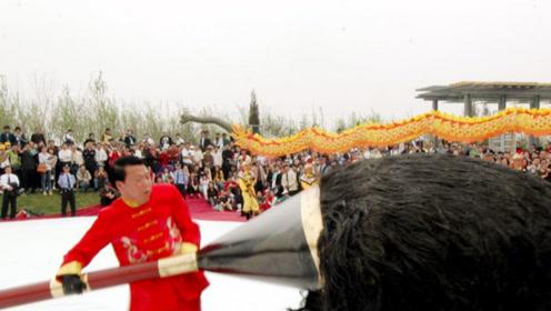 """我国最顶级""""书法家"""",现场写出50米的""""巨龙"""",吸引群众围观"""