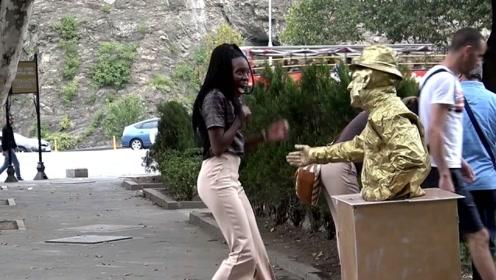 人吓人吓死人!扮成雕塑吓人,黑妹儿的表情简直太逗了
