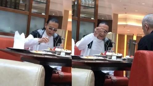 """传83岁谢贤卷入""""三角恋"""",四哥约好友聚餐眉开眼笑胃口好"""