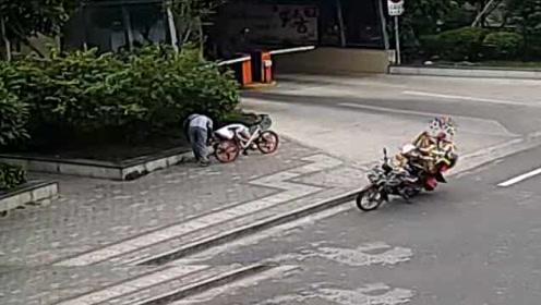 监控记录全程!女子醉卧街头,戏精男徘徊偷走手机