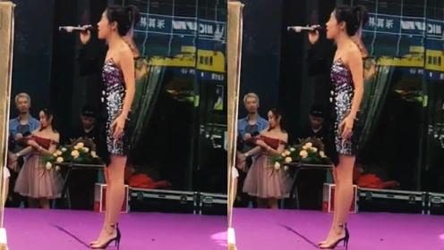 2004年超女冠军安又琪独自商演,卖力献唱却少有人捧场
