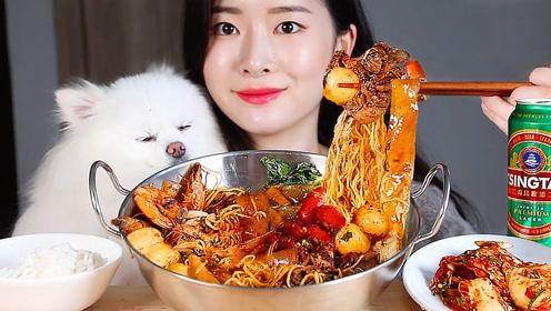 品尝美食:吃美味麻辣火锅