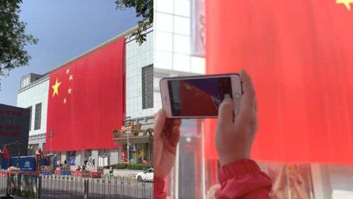 商场挂1176平米巨幅国旗,市民狂赞:身为中国人我骄傲