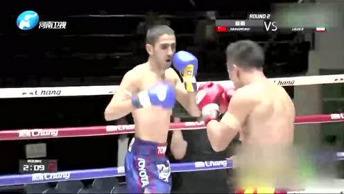杨明一拳将对手打的坐在地上并TKO对手夺得胜利