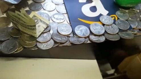 外国小伙玩推币机作弊,用磁铁一吸一个!这店里没有老板吗?