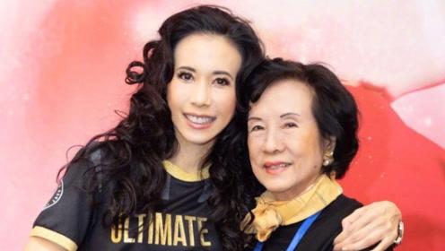 莫文蔚晒合照为母亲庆生 80岁莫母保养得宜气质优雅