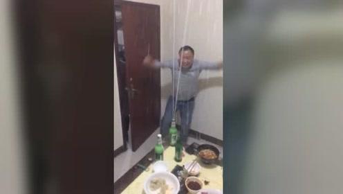 大哥喝到高兴,嗨起来无法自拔!