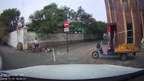 女子骑电车载人,后面小孩的一个动作,瞬间脸朝地面掉下来!