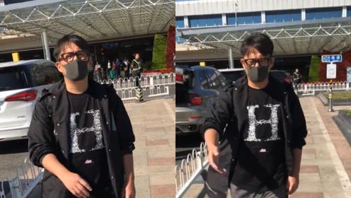 """黄磊在线示范如何拒绝路人跟拍,一番话得体""""撵""""走粉丝"""
