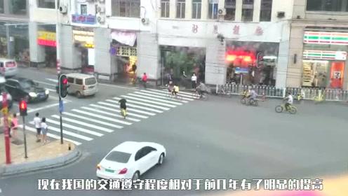 听说外国人不闯红灯,看到外国红绿灯样子,网友:换成这样谁闯!