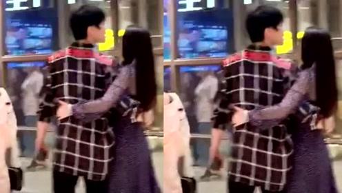 向佐郭碧婷大婚后现身重庆度蜜月,两人在商场搂腰同行引路人侧目