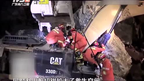 大石压埋挖掘机 司机被困其中