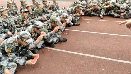 军训操场成吃瓜现场,吃慢了平板支撑,学生:吃个瓜也这么难